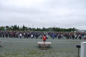 大会前の準備体操、この頃はまだどんよりした空模様だったのに・・・。