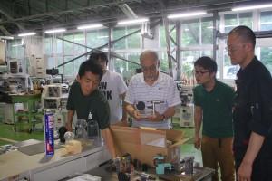 4_実習工場を見学中の清水先生