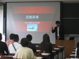 学校について説明する小林教授
