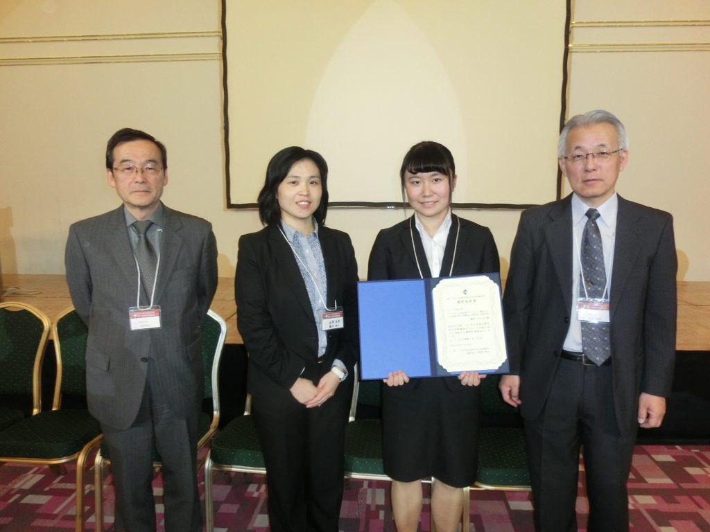 写真は左から井部講演会長,藤本准教授,鎌田ひかるさん,川合実行委員長